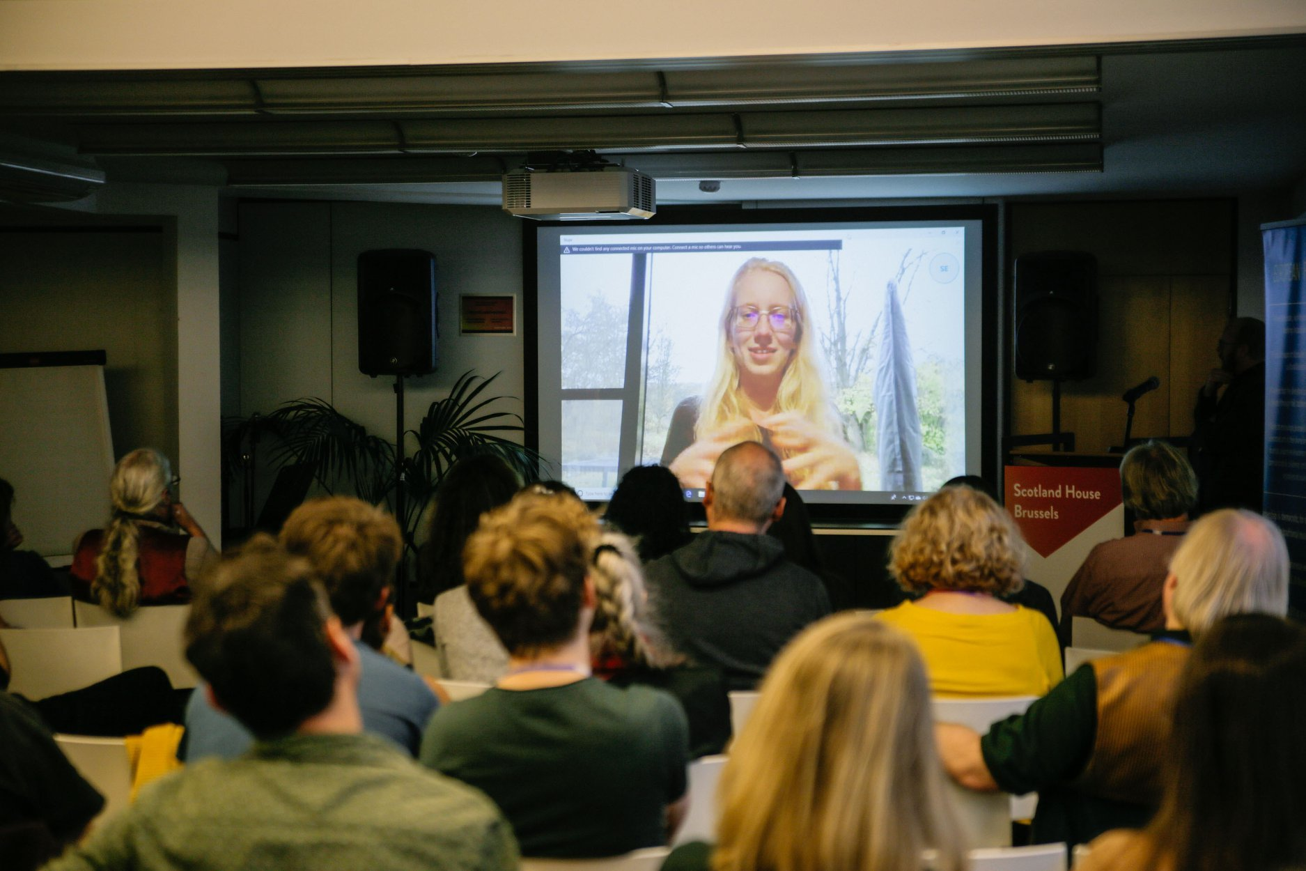 Collega Anaïs geeft haar presentatie via Skype (c) Lars Bauwens